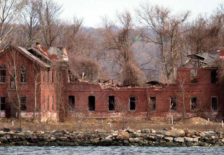 En Hart Island, de 53 hectáreas, solo existen dos edificios y una iglesia en total abandono. (pix11.com)