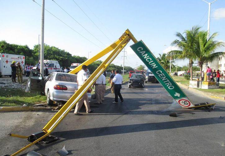 Tras el impacto el semáforo fue derribado. (Redacción/SIPSE)