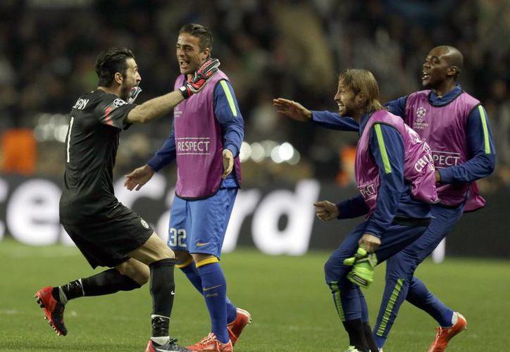 El legendario portero Gianluigi Buffon (i), celebra con sus compañeros el pase de Juventus a semifinales de la UEFA Champions League tras haber empatado como visitantes contra Mónaco, al que ganaron 1-0 en casa.  (Foto: AP)