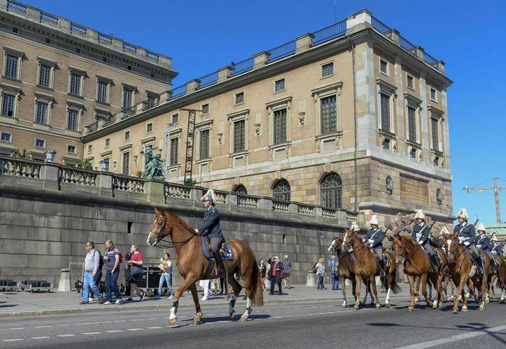 Una vez casados, el príncipe de Suecia, Carlos XVI, y la exestrella de tv,  Sofía Hellqvist, recorrieron las calles de Estocolmo en carroza durante una procesión ceremonial. (Foto: AP)