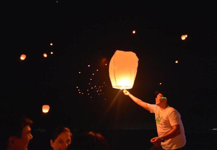 Al término de la carrera los participantes elevaron globos luminosos que marcaron el firmamento a oscuras. (Gustavo Villegas/SIPSE)