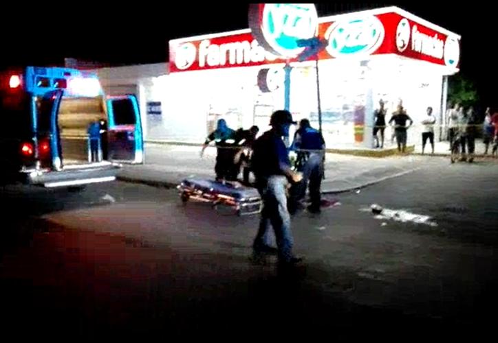 Autoridades acordonaron el área mientras una ambulancia llevara al lesionado al Hospital General para que recibiera atención de urgencia. (Redacción/SIPSE)