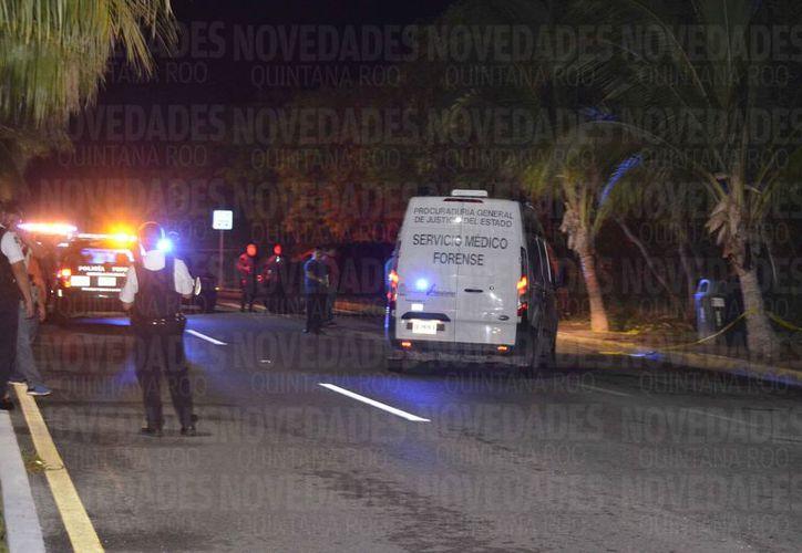 Las maletas fueron ubicadas en el kilómetro 27 del bulevar Kukulcán. (Redacción)