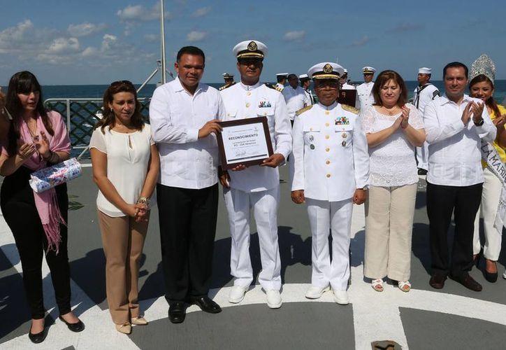 Con guardias de honor y ofrendas florales, autoridades encabezadas por el Gobernador de Yucatán y El capitán regional del puerto de Progreso honraron este miércoles a la Marina. (Fotos cortesía del Gobierno estatal)