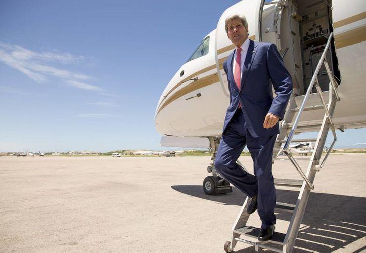 Kerry visitó sorpresivamente Somalia para expresar su solidaridad con un gobierno que intenta derrotar a milicianos aliados con Al Qaeda y poner fin a décadas de guerra en el país africano. (Foto AP/Andrew Harnik, Pool)