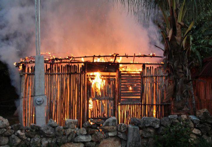La unidad de bomberos acudió al lugar, lograron sofocar el incendio, pero la mayor parte de la casa ya había sido consumida por el fuego. (Manuel Salazar/SIPSE)