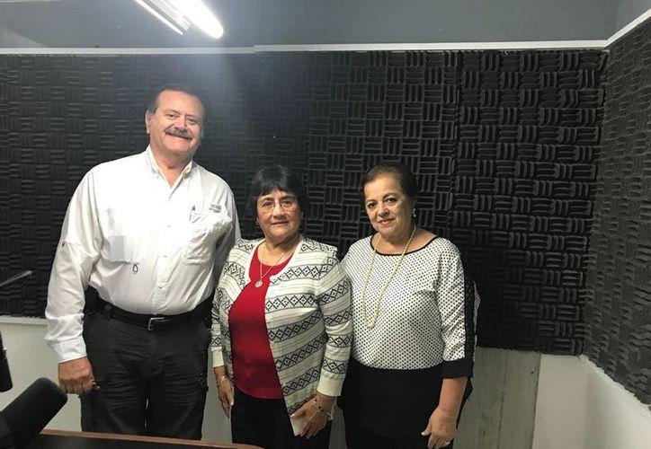 La magistrada Ligia Aurora Cortés Ortega, flanqueada por sus anfitriones Jorge Barrera y Esperanza Nieto. (Milenio Novedades)