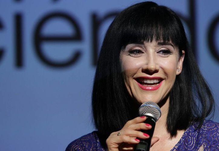 Susana Zabaleta se dice plena a los 50 años y orgullosa porque su hijo pequeño debutará como actor con ella en la obra 'Los locos Addams'. (Notimex)