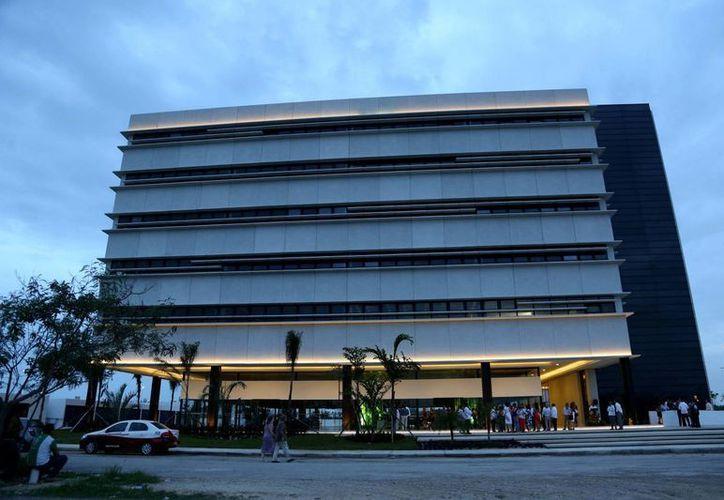 Renán Barrera acudió a la inauguración del centro de negocios 'Siglo XXI', en el norte de Mérida. (Cortesía)