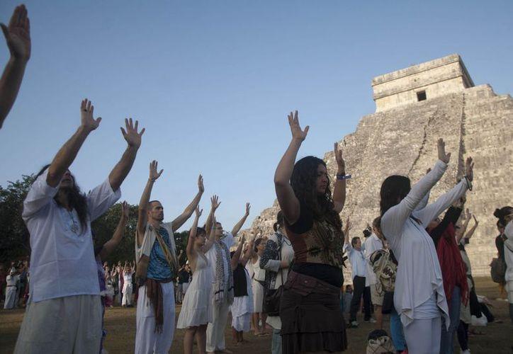 Miles de visitantes de todo el mundo realizaron oraciones y danzaron en la ciudad maya de Chichén Itzá. (Notimex)