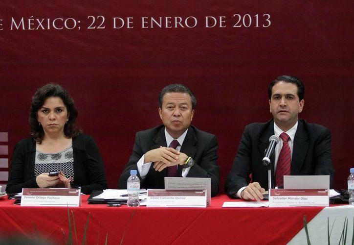 El presidente nacional del PRI, César Camacho, flanqueado por la secretaria general del partido, Ivonne Ortega Pacheco, y Salvador Manzur. (Notimex)