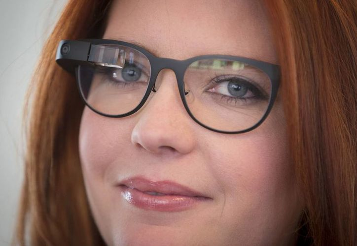Foto que muestra los armazones para lentes que requieren receta de un oftalmólogo para el Google Glass, durante una presentación en en Nueva York. (Agencias)