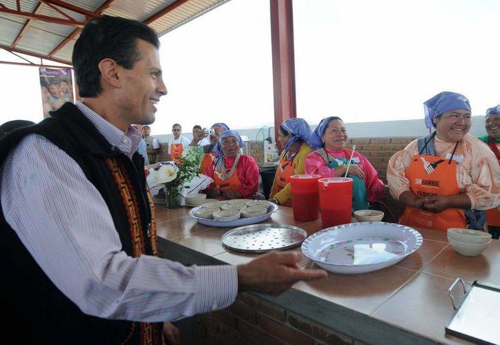 Peña Nieto durante una entrega de apoyos de distintos programas que integran la Cruzada Nacional contra el Hambre en el Estado de México. (Archivo/Notimex)