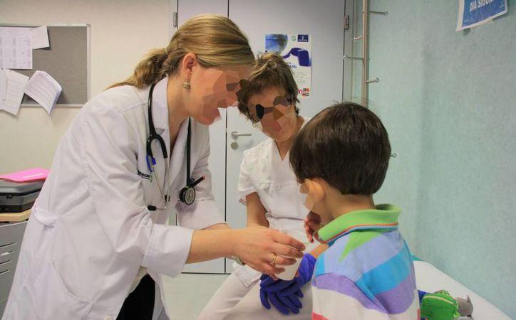 El mal diagnóstico que la 'doctora' entregó a los padres del niño, de identidad protegida, causó efectos que provocaron lesiones cerebrales en el menor. (republica.com)