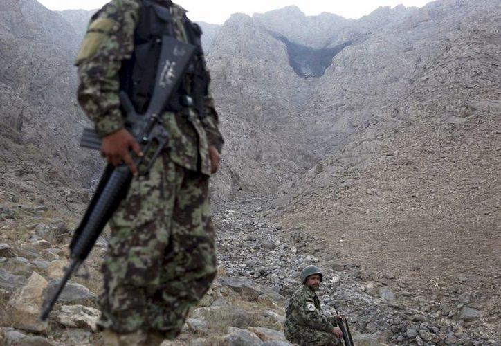 Una mancha negra en la ladera de una montaña indica el lugar en el que se estrelló otro avión de carga en Afganistán. (EFE/Archivo)