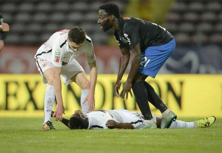 Patrick Ekeng solo llevaba siete minutos en el campo cuando de pronto falleció. (AP)