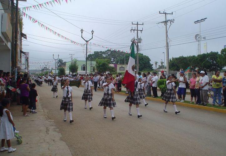 Como cada año, la participación de alumnos de educación básica darán lucimiento al desfile por aniversario de la Revolución. (Carlos Yabur/SIPSE)