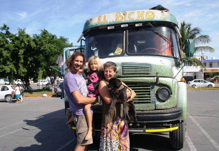 Matu, Shanti y su hija, recorren América en 'El Bicho' que permanece estacionado en un centro comercial de Playa del Carmen. (Octavio Martínez/SIPSE)
