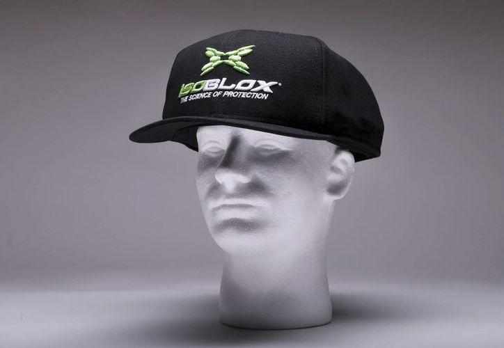 Las placas de seguridad fabricadas por la compañía isoBLOX van cosidas a la gorra para pitchers y se ajustan a la medida. Tiene un peso extra de entre 160 y 170 gramos. (Agencias)