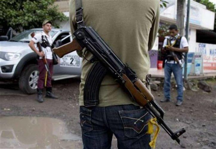 Los 21 comisarios de Guerrero declaran por el caso de los 22 desaparecidos. Imagen de un grupo de hombres armados en Chilapa. (Archivo/SIPSE)