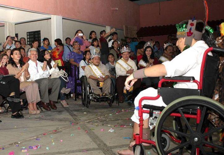 La presidenta del DIF estatal se encargó de coronar a la reina del Carnaval del Caimede. (Milenio Novedades)