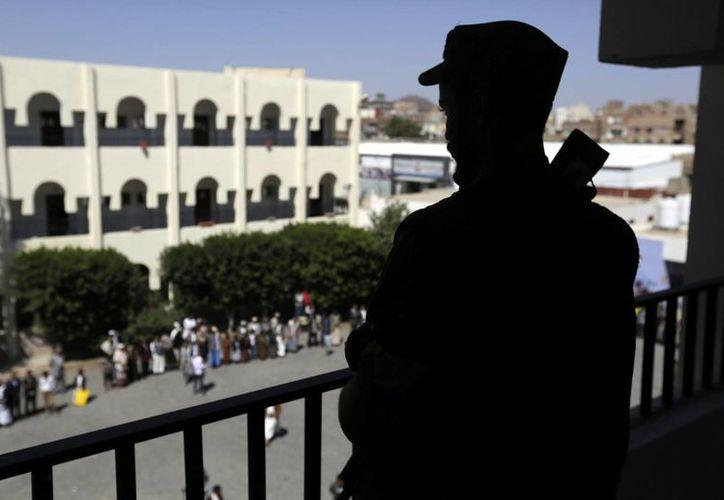 Rebeldes y el gobierno de Yemen habían iniciado diálogos de paz para resolver el conflicto armado en el país. Hombres armados se reúnen para apoyar a los hutíes en Saná, Yemen. (Archivo/EFE)