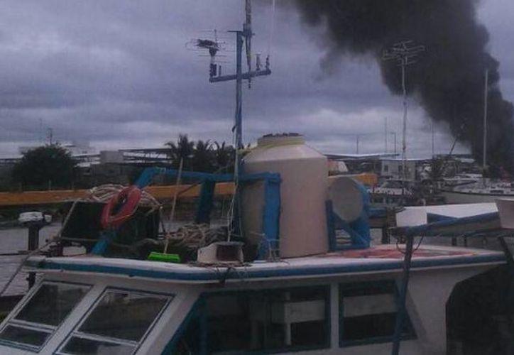En el yate que se incendió en una marina de Progreso había 800 litros de combustible que afortunadamente no fueron consumidos por el fuego. (Óscar Pérez/SIPSE)