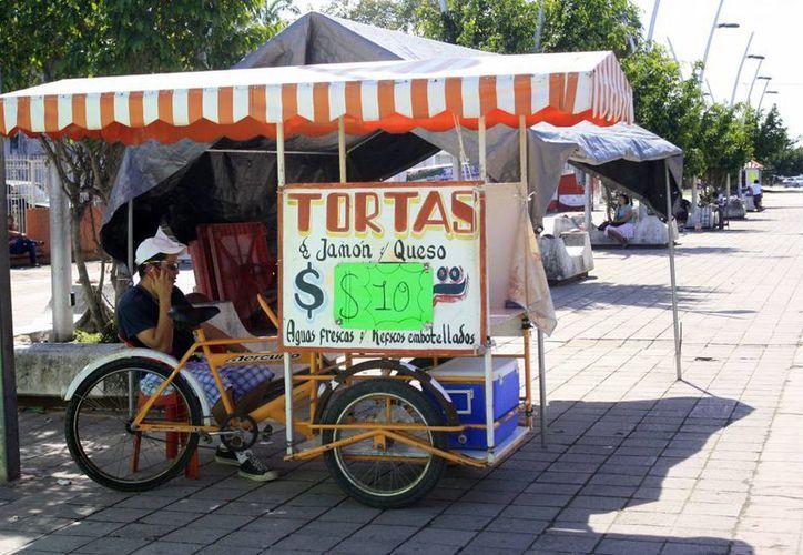 Los comerciantes ambulantes dedicados a la venta de alimentos, obtienen utilidades de más del 100% y logran ingresos diarios de hasta 300 pesos en promedio. (Harold Alcocer/SIPSE)