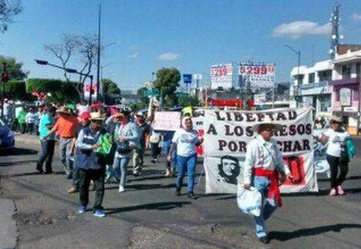 Este sábado se llevó a cabo una marcha de protesta en Morelia por el arresto de 30 normalistas. (Foto tomada de Milenio)