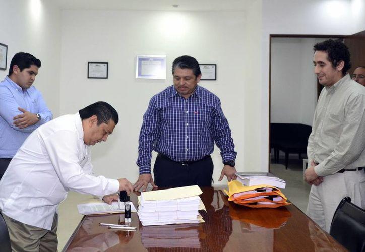 El secretario general y el diputado Antonio Homá recibieron el documento en el Congreso del Estado. (Daniel Sandoval/Milenio Novedades)