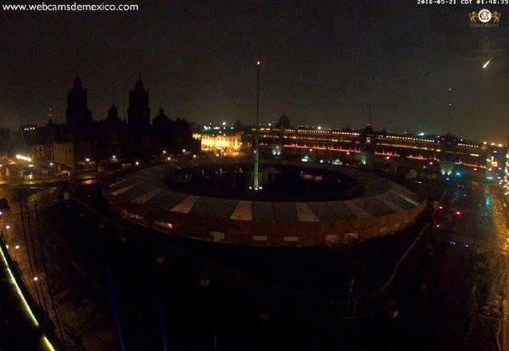Imagen publicada por Webcams de México, vía Twitter, del momento en que un meteorito atraviesa el cielo de la capital.