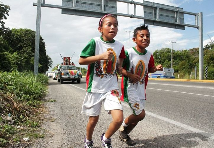 El menor de edad recorrió con paso firme poco más de seis mil metros,impulsado por la fe y convicción del amor a la Virgen de Guadalupe. (Edgardo Rodríguez/SIPSE)
