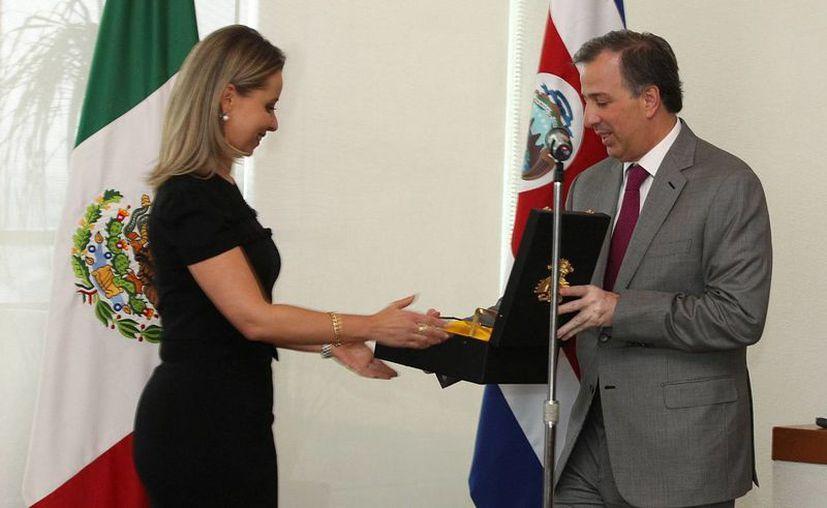 El secretario mexicano de Relaciones Exteriores, José Antonio Meade, entrega la Orden del Águila Azteca a la exembajadora de Costa Rica en este país Gabriela Jiménez Cruz por el impulso que dio a las relaciones bilaterales durante su gestión (2010-2014). (EFE/SRE)