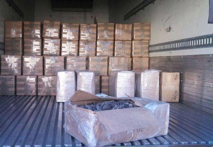 Encontraron en el camión 236 cajas que contenían pepino de mar seco. (Eric Galindo/SIPSE)