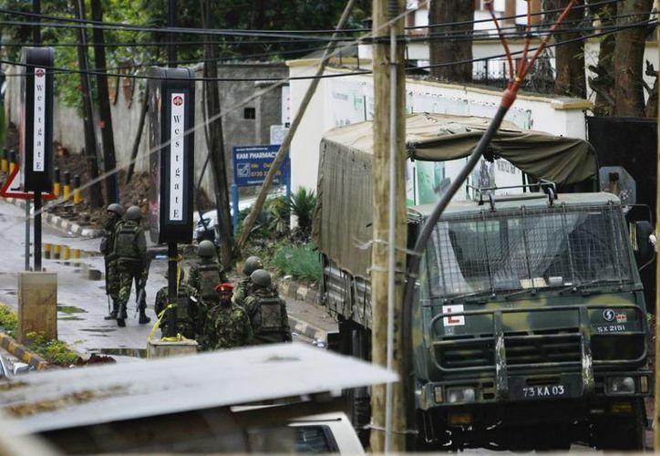 Soldados caminan por los alrededores del centro comercial Westgate en Nairobi. (EFE)