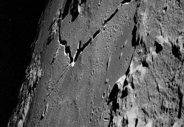 Científicos aseguran que el satélite además, se está rompiendo y formando evidentes grietas. (NASA)