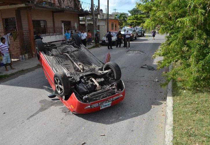 Un auto se volcó por tratar de esquivar un bache. (Paloma Wong/SIPSE)