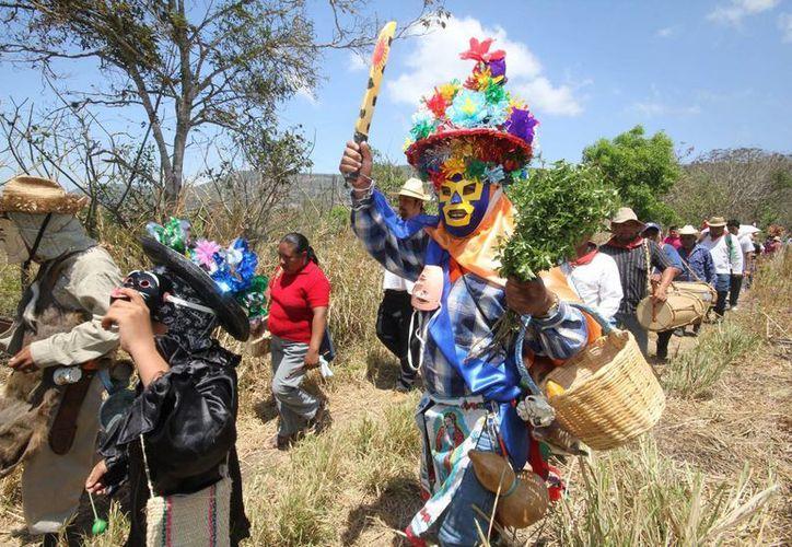 Difundir el patrimonio cultural vivo de los zoques de Tuxtla Gutiérrez, Chiapas, es uno de los propósitos del álbum ¡Viva el Mequé! (Notimex)