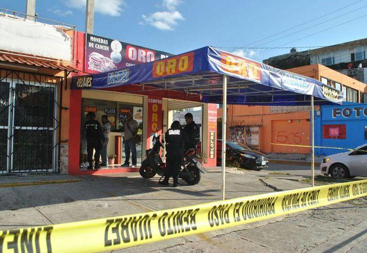 Elementos policíacos atendieron el reporte del asalto. (Redacción)
