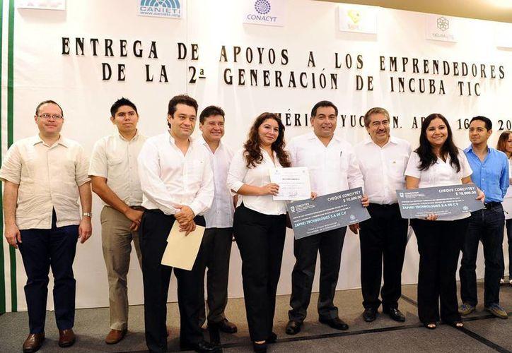 Representantes de empresas recibieron el cheque de apoyo. (Milenio Novedades)