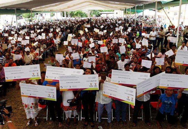 Unas mil 199 familias en pobreza tendrán una casa digna en Yucatán.  En el evento realizado en Petac. (Milenio Yucatán)