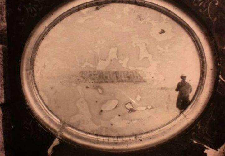 Foto sin fecha suministrada por John Potter de una imagen que intrigó por años a los historiadores. (Agencias)