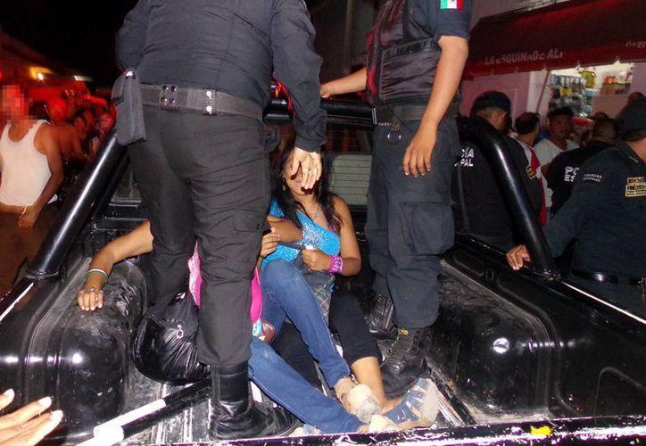 Las mujeres agresoras fueron detenidas en el lugar, luego de dejar a un motociclista lesionado de tantos golpes. (Milenio Novedades)