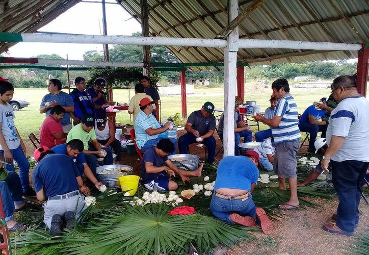 Las viandas se envuelven con palmas de chit y luego las cocinan enterradas al estilo pib. (Raúl Balam/SIPSE)