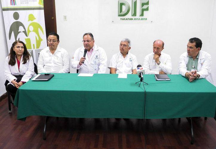 Imagen de la conferencia de prensa donde anunciaron que las valoraciones de candidatos a operación de labio leporino será del 4 al 11 de agosto. (Milenio Novedades)