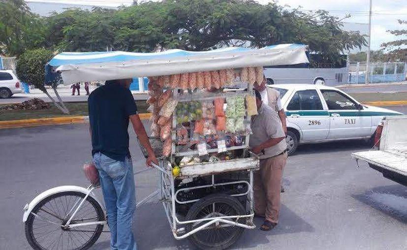 La Dirección de Comercio en Vía Pública verifica que los vendedores ambulantes cumplan con lo que marca la ley. (Cortesía)