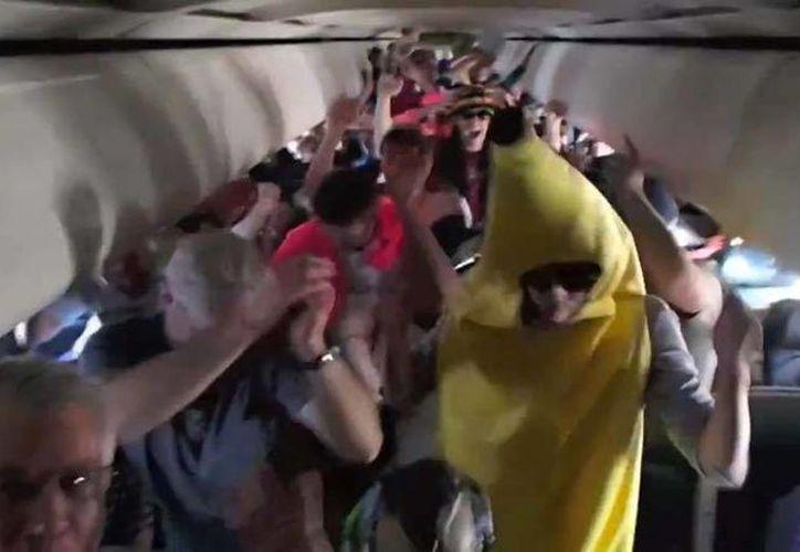 Expertos aseguran que el baile no puso en riesgo la seguridad de los pasajeros. (Foto: Youtube)