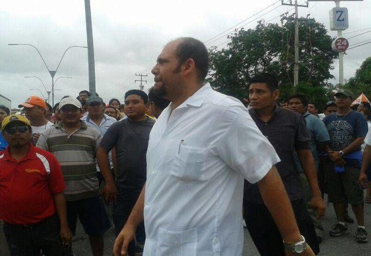 Rafael del Pozo, secretaría general del Ayuntamiento de Benito Juárez, acudió al kilómetro 21 para dialogar con los maestros. (Jazmín Ramos/SIPSE)