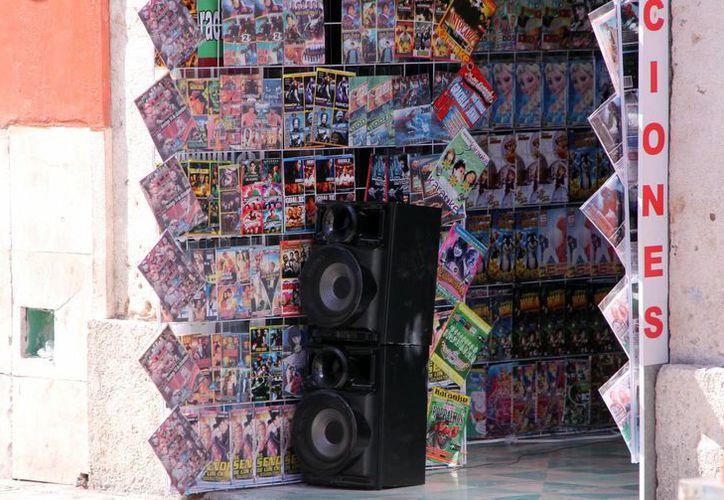 Comercios, como los dedicados a la venta de discos apócrifos,  mantienen elevado su sonido. (José Acosta/SIPSE)