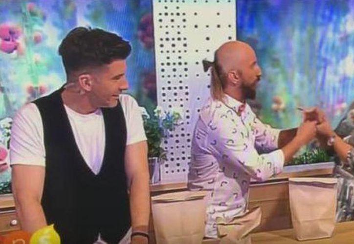 Una presentadora de un canal de televisión polaca se hirió con una bolsa que contenía un clavo durante un truco de magia. (Foto: Captura de YouTube)